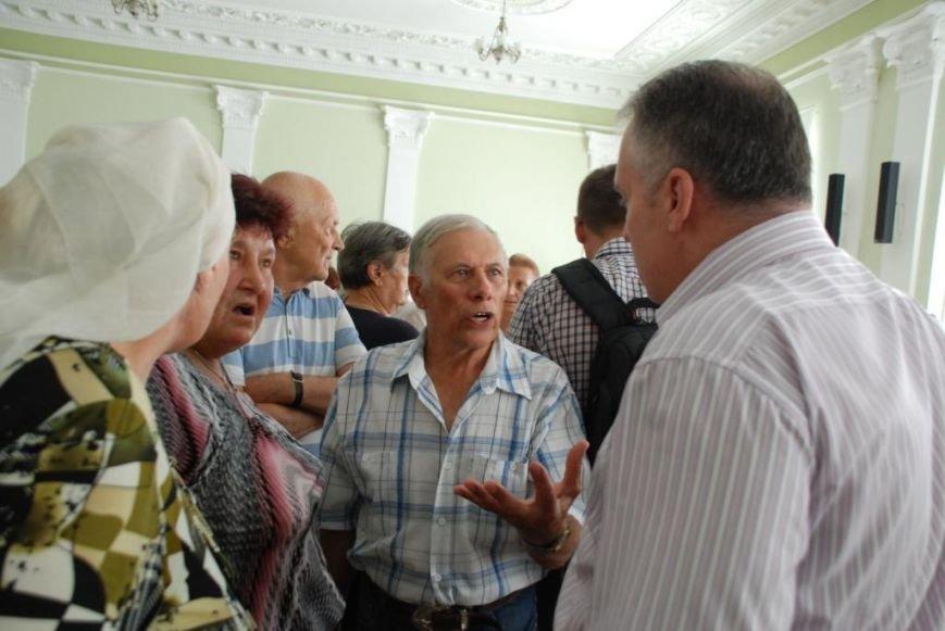 Сессию черниговского горсовета сорвали приведенные в зал пенсионеры, требующие снижения тарифов, фото-13
