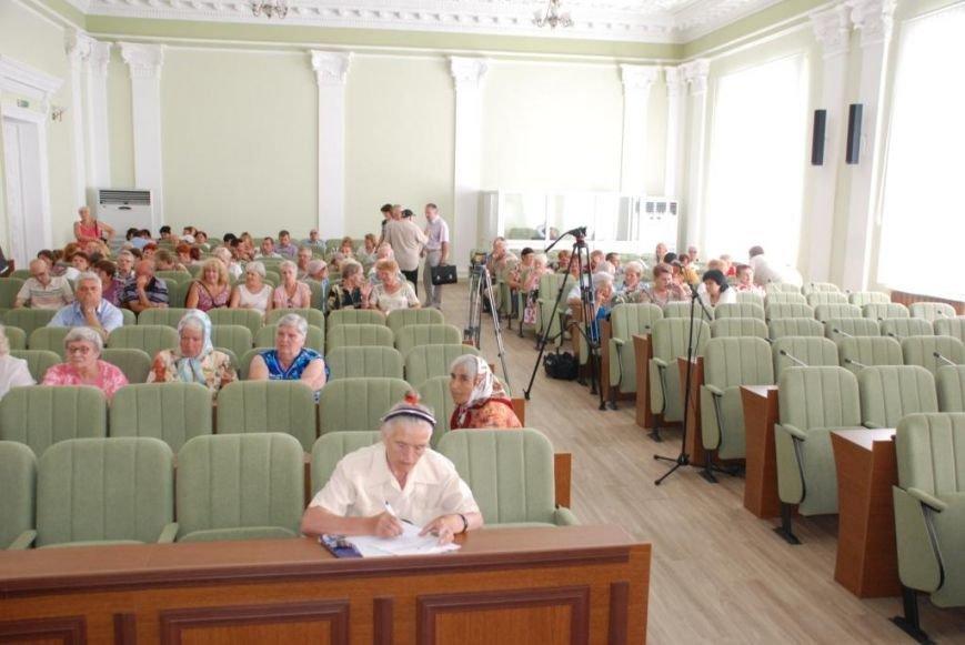 Сессию черниговского горсовета сорвали приведенные в зал пенсионеры, требующие снижения тарифов, фото-1