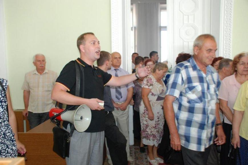 Сессию черниговского горсовета сорвали приведенные в зал пенсионеры, требующие снижения тарифов, фото-9