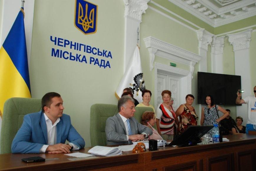 Сессию черниговского горсовета сорвали приведенные в зал пенсионеры, требующие снижения тарифов, фото-12