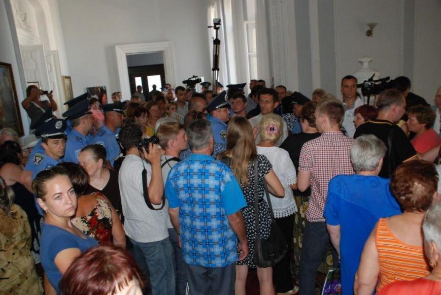 Сессию черниговского горсовета сорвали приведенные в зал пенсионеры, требующие снижения тарифов, фото-14