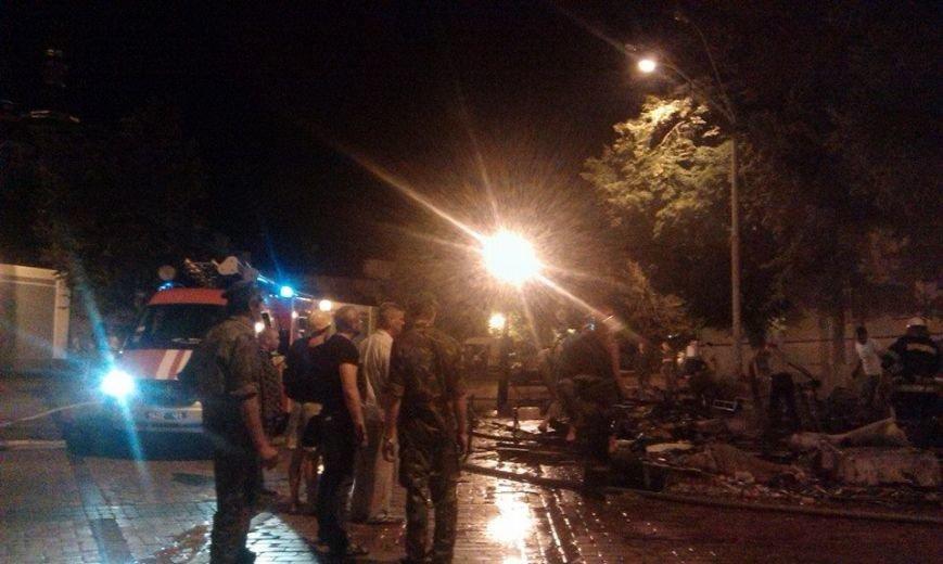 Ночью на Михайловской площади неизвестные подожгли палатки Майдана (ФОТО, ВИДЕО), фото-1