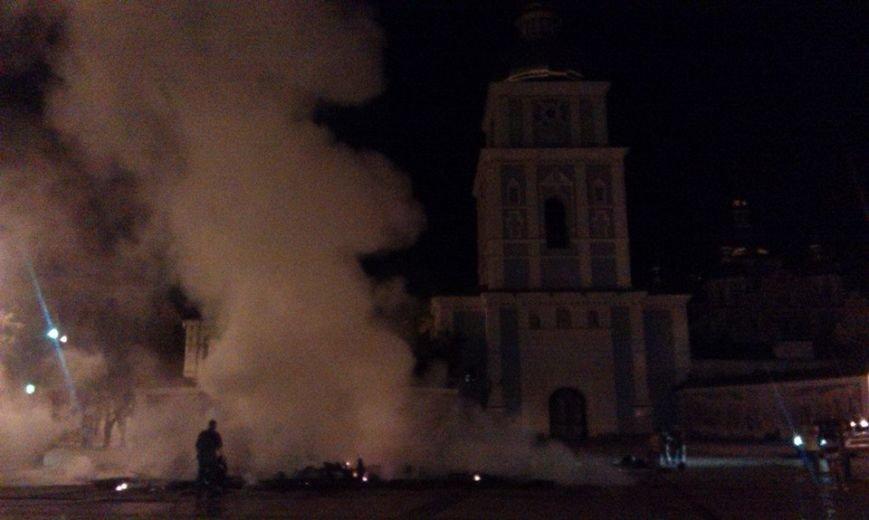 Ночью на Михайловской площади неизвестные подожгли палатки Майдана (ФОТО, ВИДЕО), фото-4