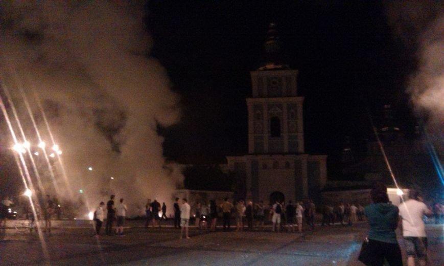 Ночью на Михайловской площади неизвестные подожгли палатки Майдана (ФОТО, ВИДЕО), фото-5
