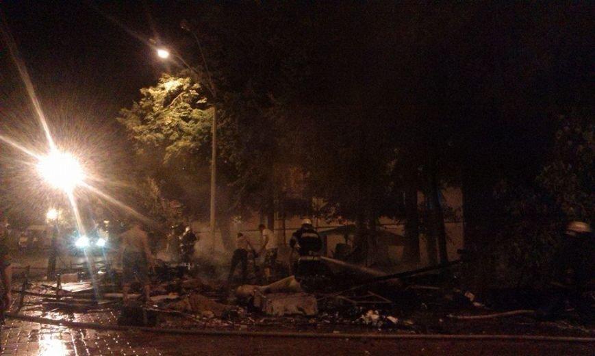 Ночью на Михайловской площади неизвестные подожгли палатки Майдана (ФОТО, ВИДЕО), фото-2