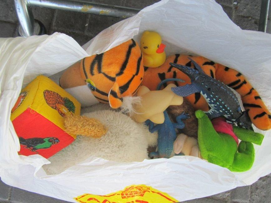 Мариупольцы передали детям-отказничкам из Донецка коляску, 3 тысячи гривен и 4 тележки продуктов (ФОТО), фото-2