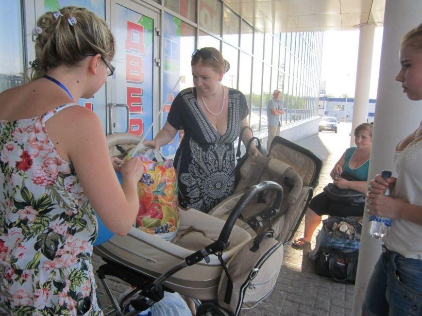Мариупольцы передали детям-отказничкам из Донецка коляску, 3 тысячи гривен и 4 тележки продуктов (ФОТО), фото-4