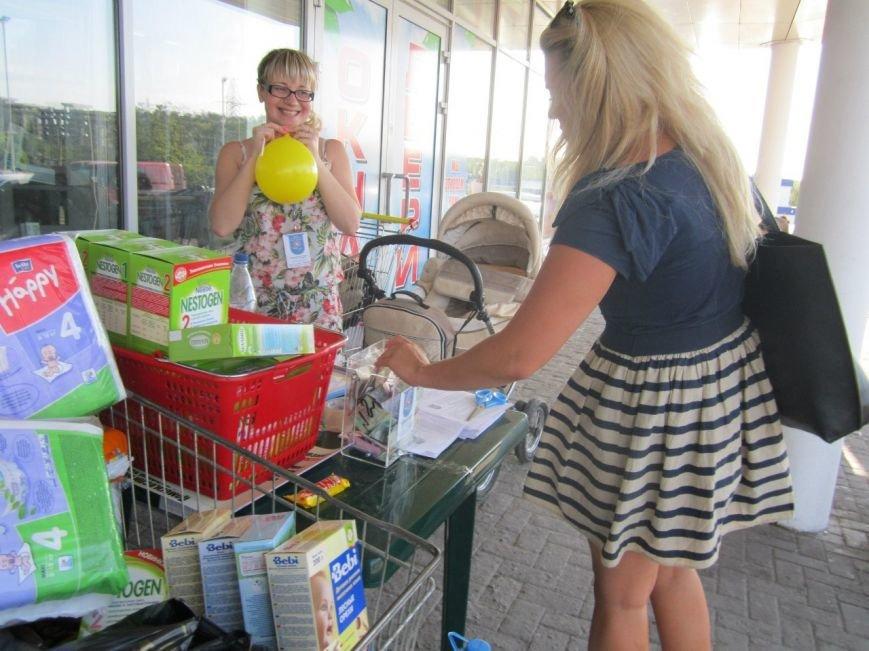 Мариупольцы передали детям-отказничкам из Донецка коляску, 3 тысячи гривен и 4 тележки продуктов (ФОТО), фото-1