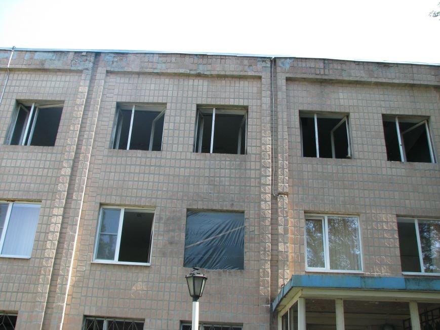На Харьковском бронетанковом заводе отрицают факт взрыва, но уже вовсю меняют выбитые окна, фото-1