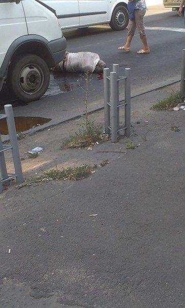 В Мариуполе маршрутка в районе остановки сбила мужчину (ФОТОФАКТ), фото-1