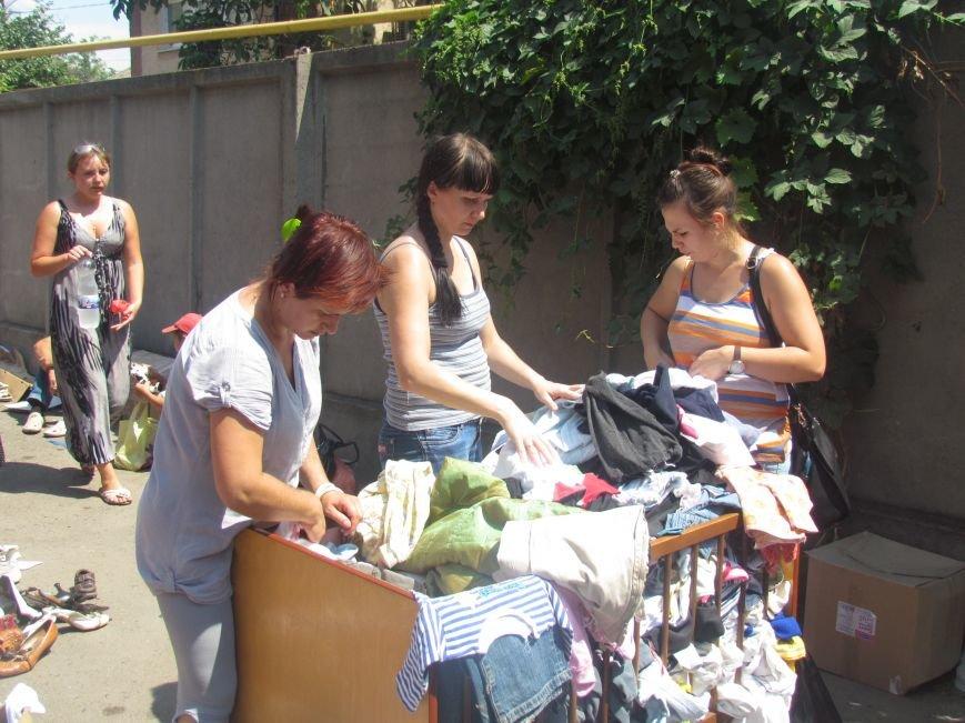 В Мариуполе сотни беженцев опустошают склады с продуктами (ФОТО), фото-19