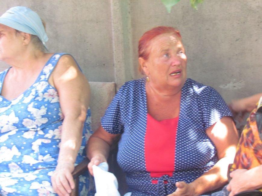 В Мариуполе сотни беженцев опустошают склады с продуктами (ФОТО), фото-18