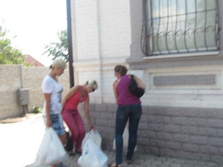 В Мариуполе сотни беженцев опустошают склады с продуктами (ФОТО), фото-30
