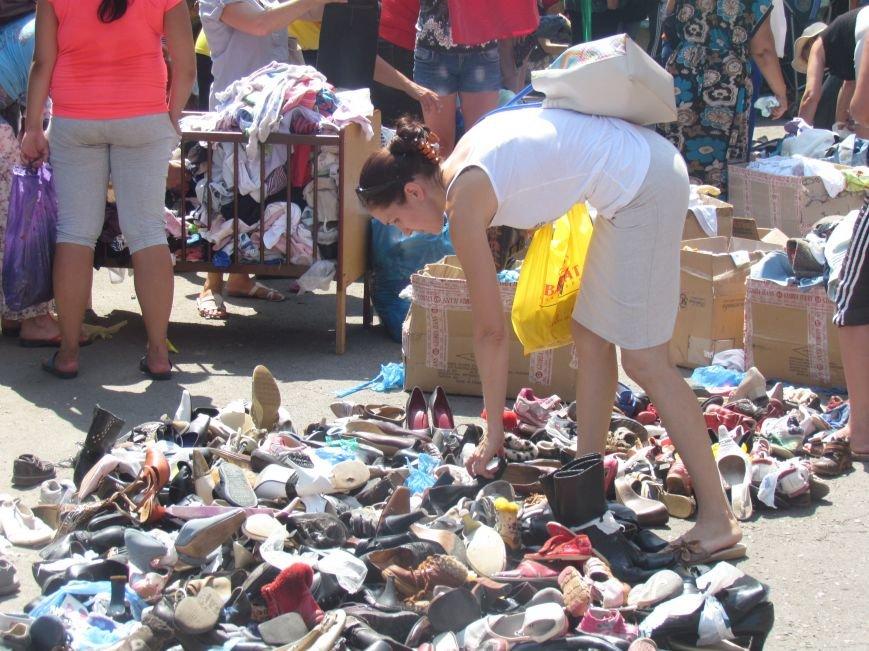 В Мариуполе сотни беженцев опустошают склады с продуктами (ФОТО), фото-2