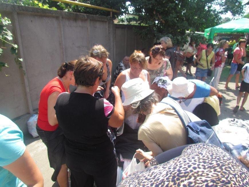 В Мариуполе сотни беженцев опустошают склады с продуктами (ФОТО), фото-23