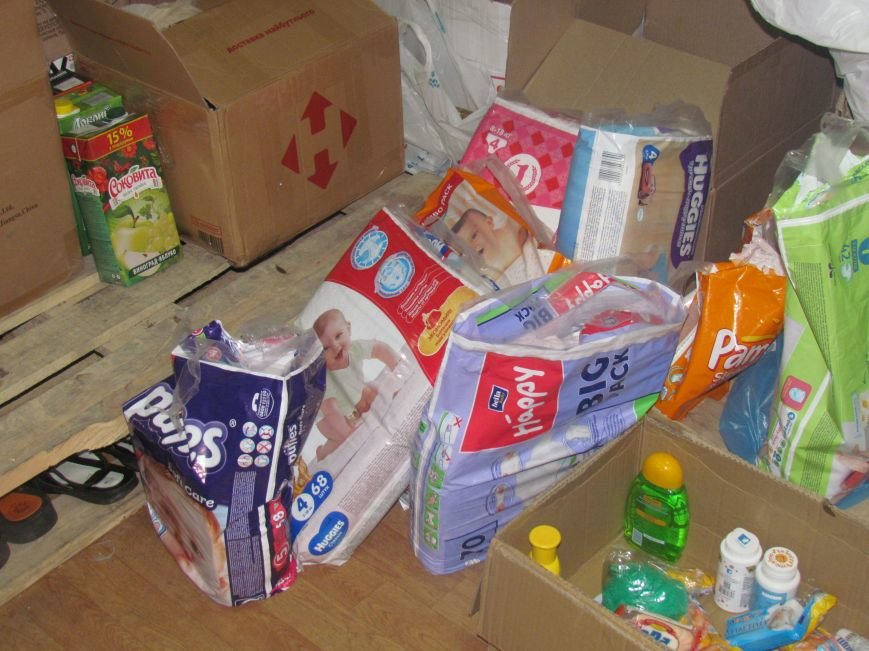 В Мариуполе сотни беженцев опустошают склады с продуктами (ФОТО), фото-13