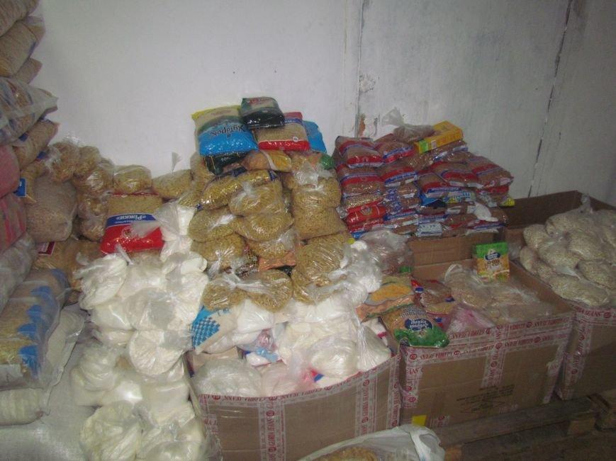 В Мариуполе сотни беженцев опустошают склады с продуктами (ФОТО), фото-9