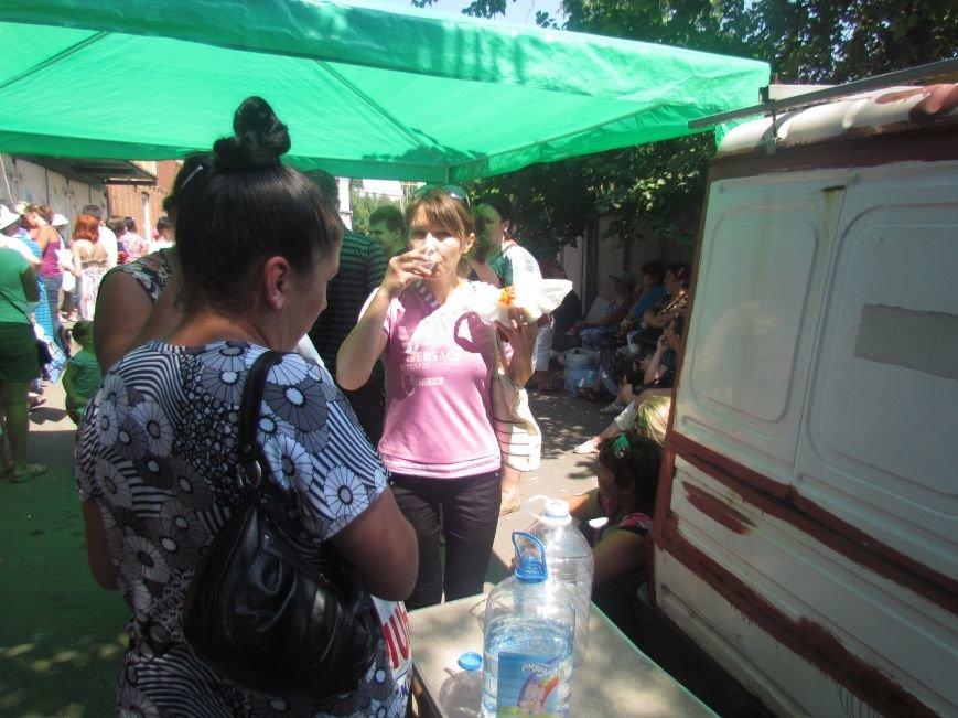 В Мариуполе сотни беженцев опустошают склады с продуктами (ФОТО), фото-8