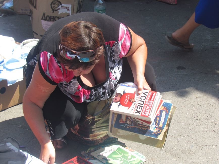 В Мариуполе сотни беженцев опустошают склады с продуктами (ФОТО), фото-24
