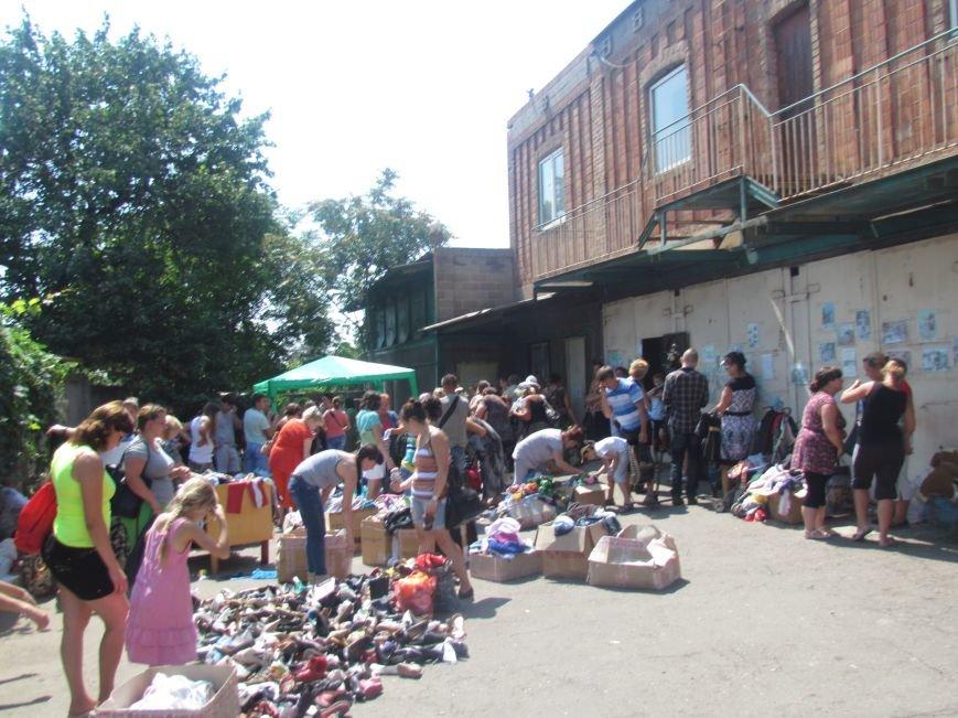 В Мариуполе сотни беженцев опустошают склады с продуктами (ФОТО), фото-27
