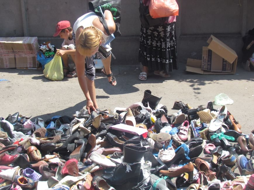 В Мариуполе сотни беженцев опустошают склады с продуктами (ФОТО), фото-20