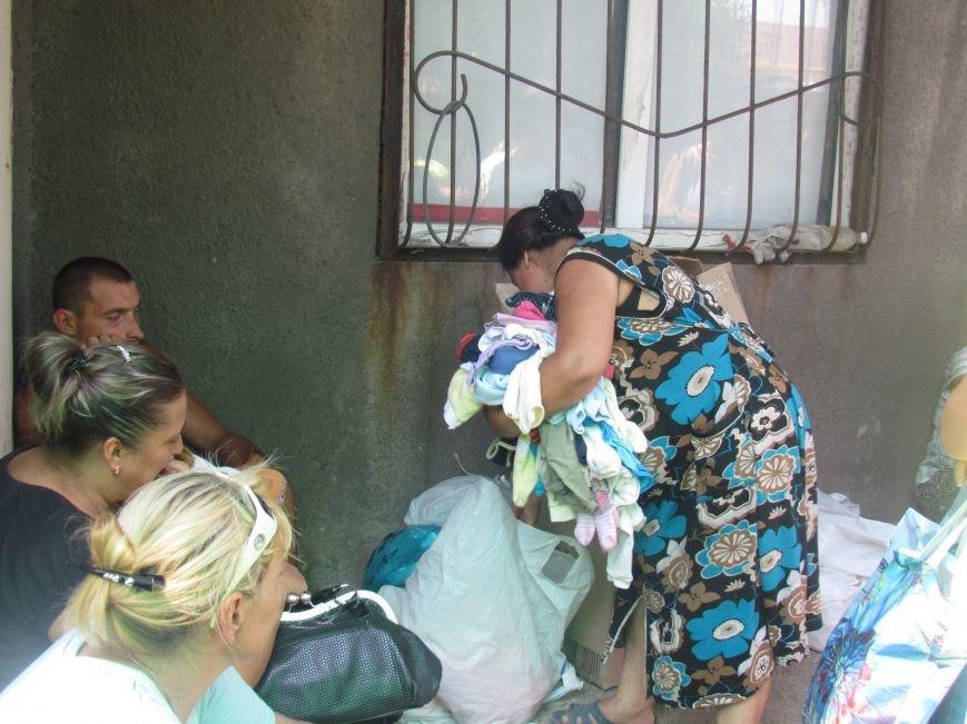 В Мариуполе сотни беженцев опустошают склады с продуктами (ФОТО), фото-7