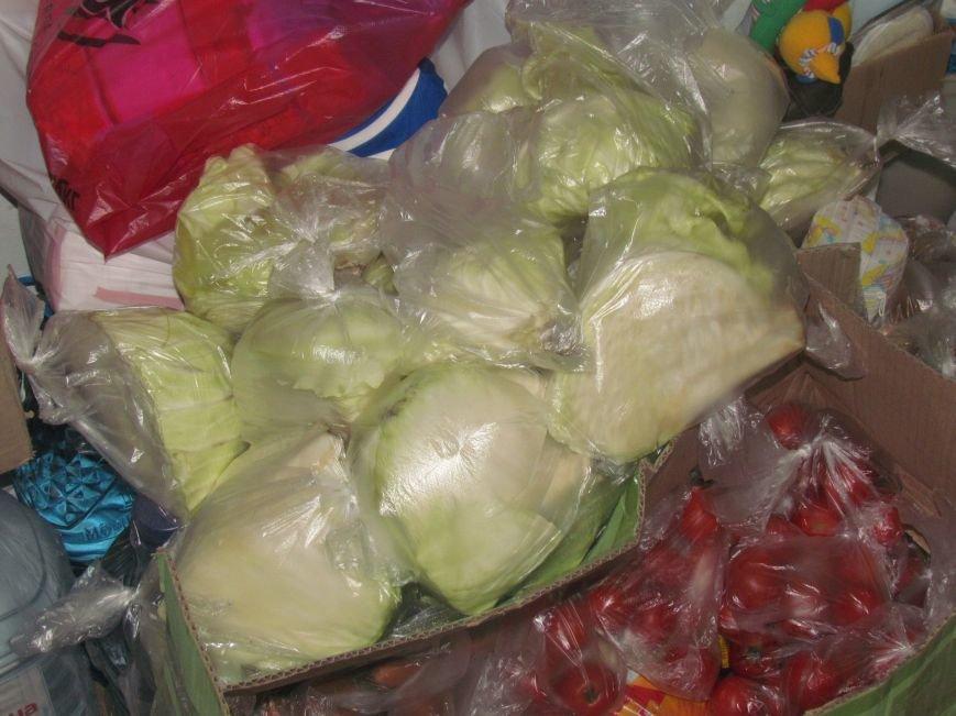 В Мариуполе сотни беженцев опустошают склады с продуктами (ФОТО), фото-16