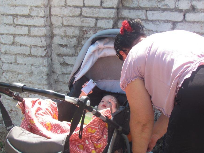 В Мариуполе сотни беженцев опустошают склады с продуктами (ФОТО), фото-29
