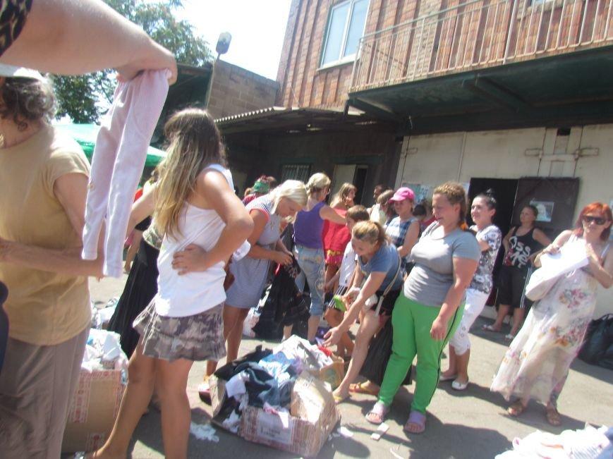 В Мариуполе сотни беженцев опустошают склады с продуктами (ФОТО), фото-22