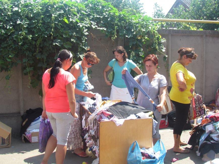 В Мариуполе сотни беженцев опустошают склады с продуктами (ФОТО), фото-3