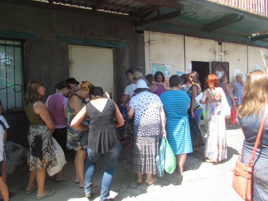 В Мариуполе сотни беженцев опустошают склады с продуктами (ФОТО), фото-17