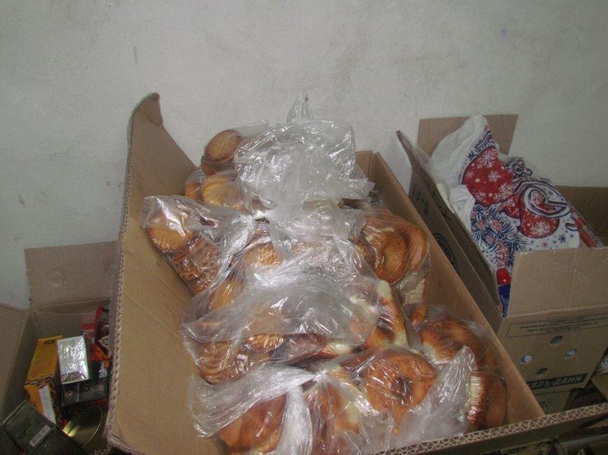 В Мариуполе сотни беженцев опустошают склады с продуктами (ФОТО), фото-15