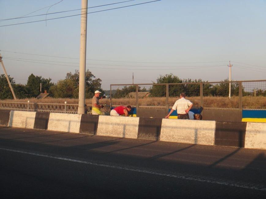 ФОТОФАКТ: в Артемовске разукрасили мосты в цвета украинского флага, фото-3