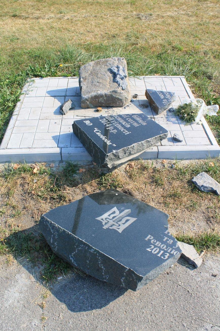 В Сумах раскурочили мемориальную табличку памяти Небесной Сотни (ФОТО), фото-1