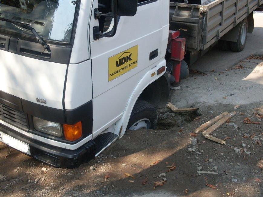 В Кировограде провалился грузовик (фото), фото-2