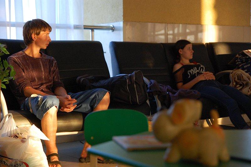 Залп ожидания. Бомбежки вынудили беженцев бросить свои дома и ждать неизвестности на белгородском вокзале, фото-1