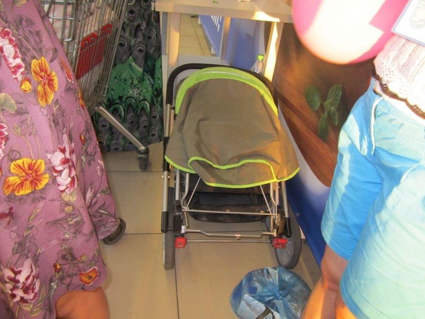В Мариуполе покупатели супермаркета собрали 2100 грн. для беженцев (ФОТО), фото-1