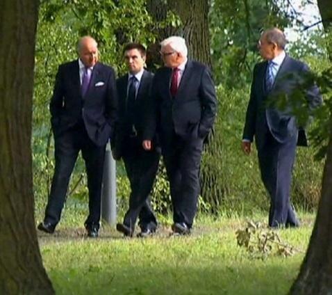 Министр иностранных дел Украины в окружении  глав МИД Германии и Франции и одинокий Лавров (КРАСНОРЕЧИВОЕ ФОТО), фото-1