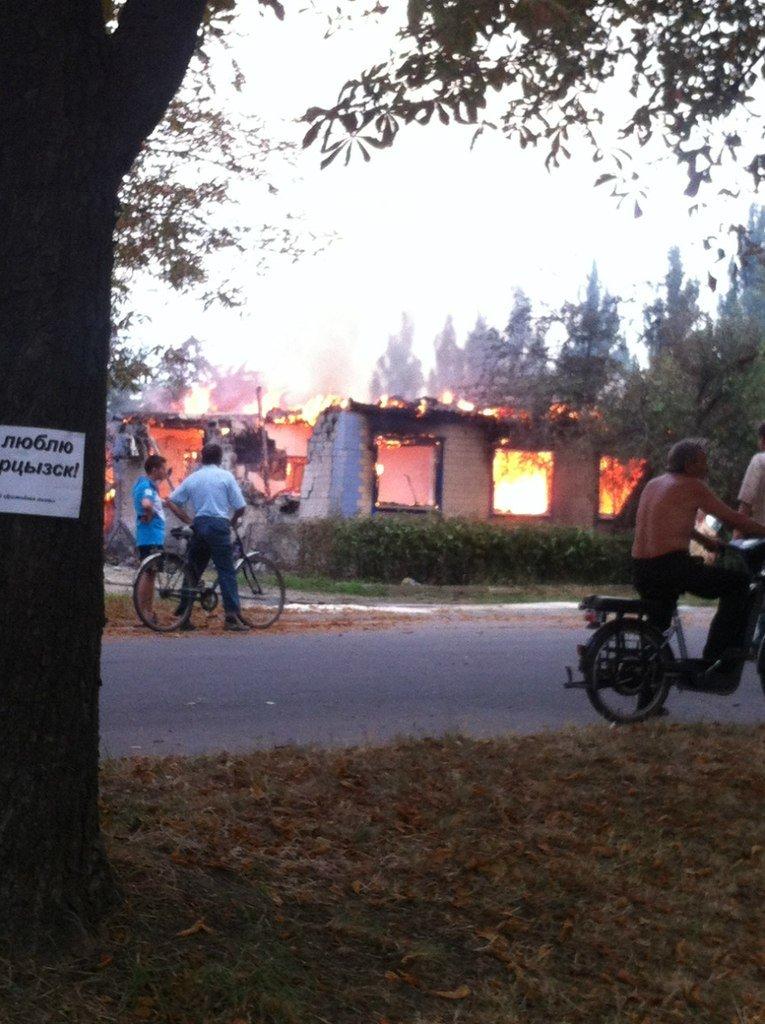 Харцызск пережил страшный артобстрел -  в городе большие разрушения (ФОТО), фото-1