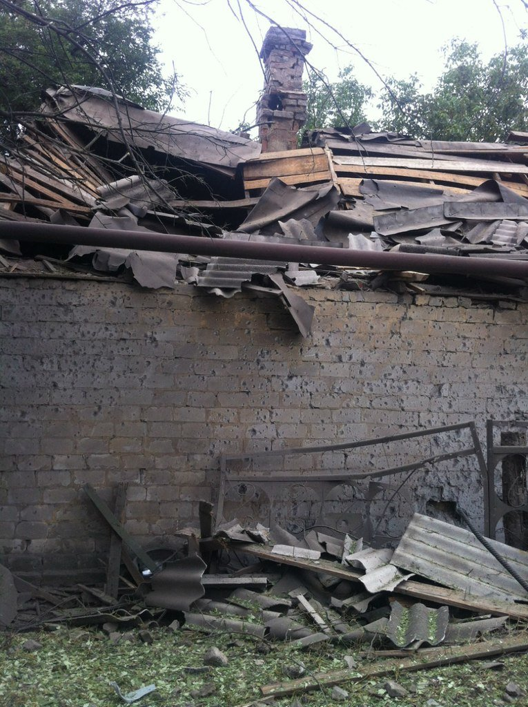 Харцызск пережил страшный артобстрел -  в городе большие разрушения (ФОТО), фото-4