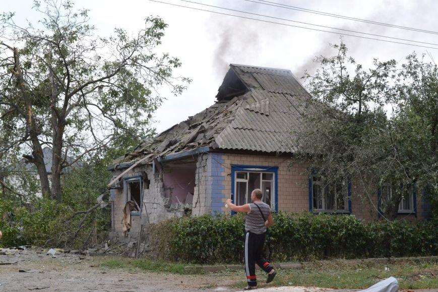 Харцызск пережил страшный артобстрел -  в городе большие разрушения (ФОТО), фото-2