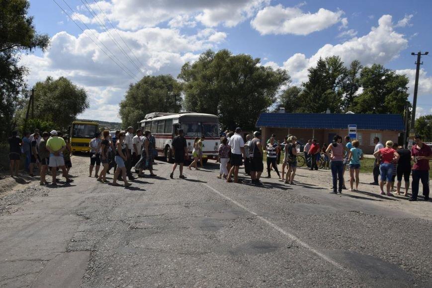 Под Сумами жители с. Стецьковка перекрыли международную трассу, чтобы прекратить разрытие мусорного полигона (ФОТО), фото-6