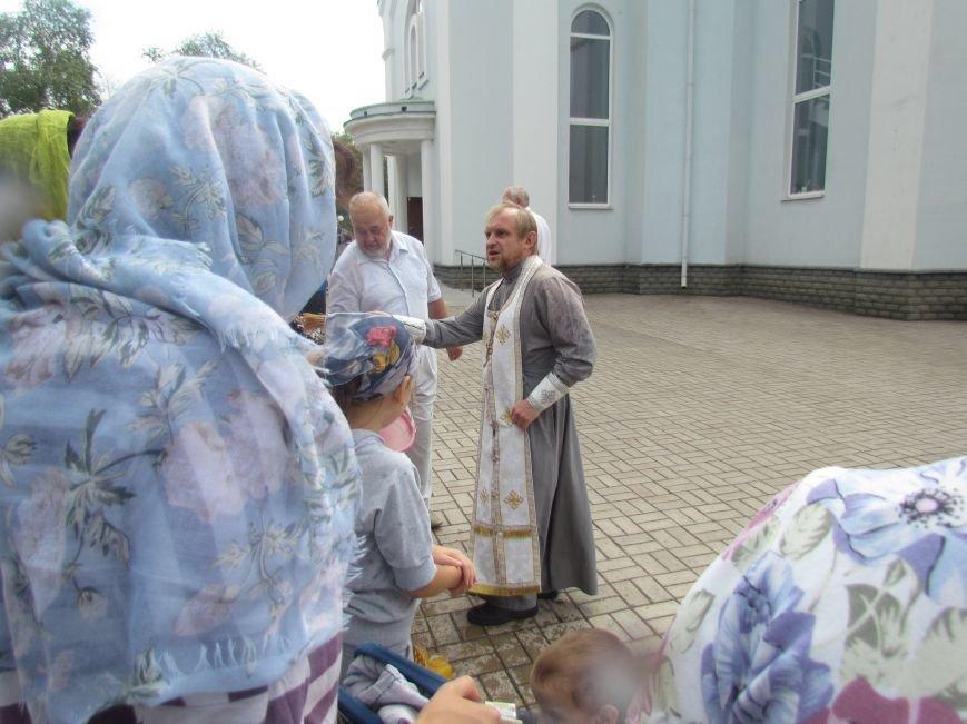 Сегодня в мариупольских храмах святили яблоки под наблюдением милиции и казаков (ФОТО), фото-1
