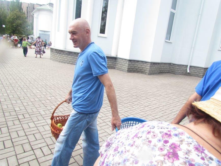 Сегодня в мариупольских храмах святили яблоки под наблюдением милиции и казаков (ФОТО), фото-2