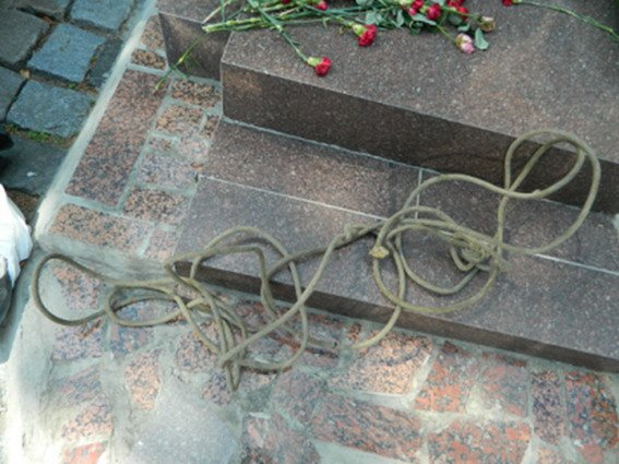 На Байковом кладбище два вандала пытались украсть памятники (ФОТО), фото-1