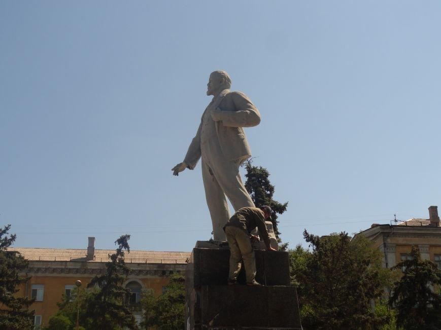 В Мариуполе на площади Победы Ленин не покорился коммунальщикам (ФОТО), фото-4