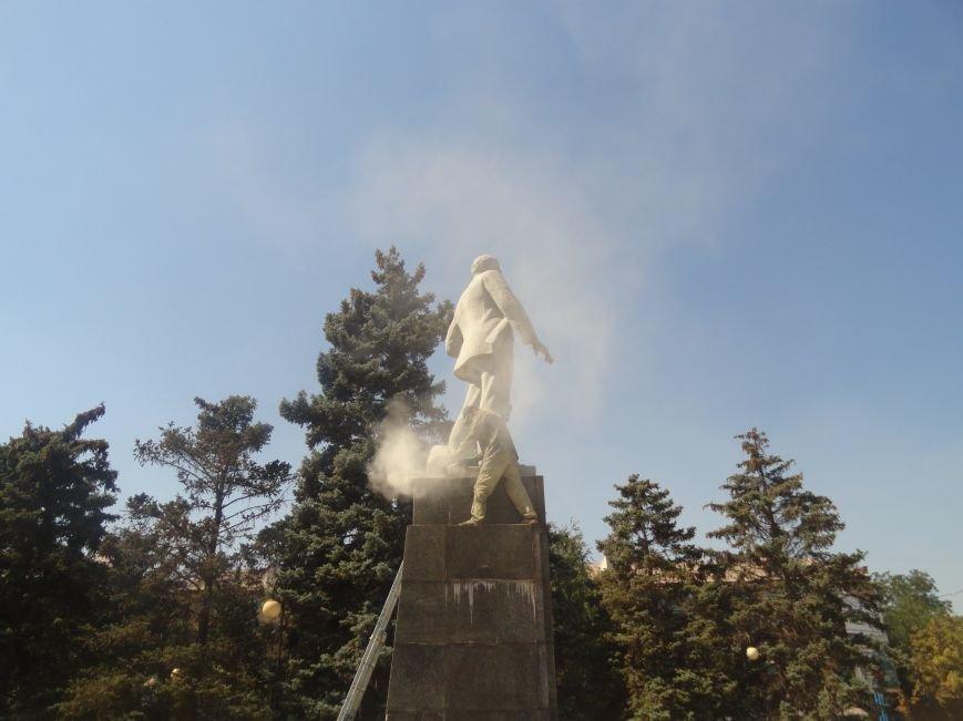 В Мариуполе на площади Победы Ленин не покорился коммунальщикам (ФОТО), фото-5