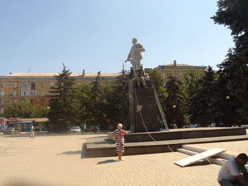 В Мариуполе на площади Победы Ленин не покорился коммунальщикам (ФОТО), фото-8