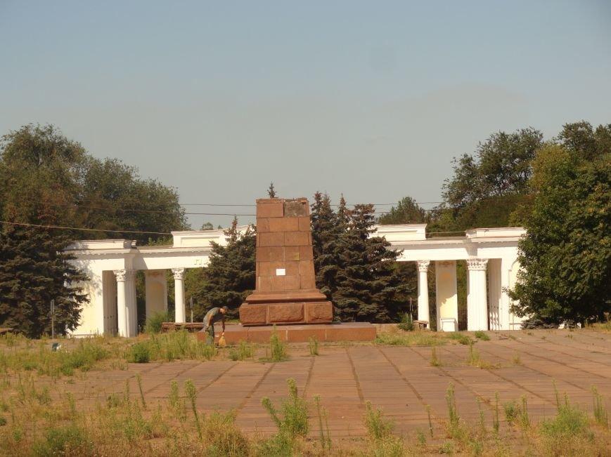 В Мариуполе на площади Победы Ленин не покорился коммунальщикам (ФОТО), фото-2