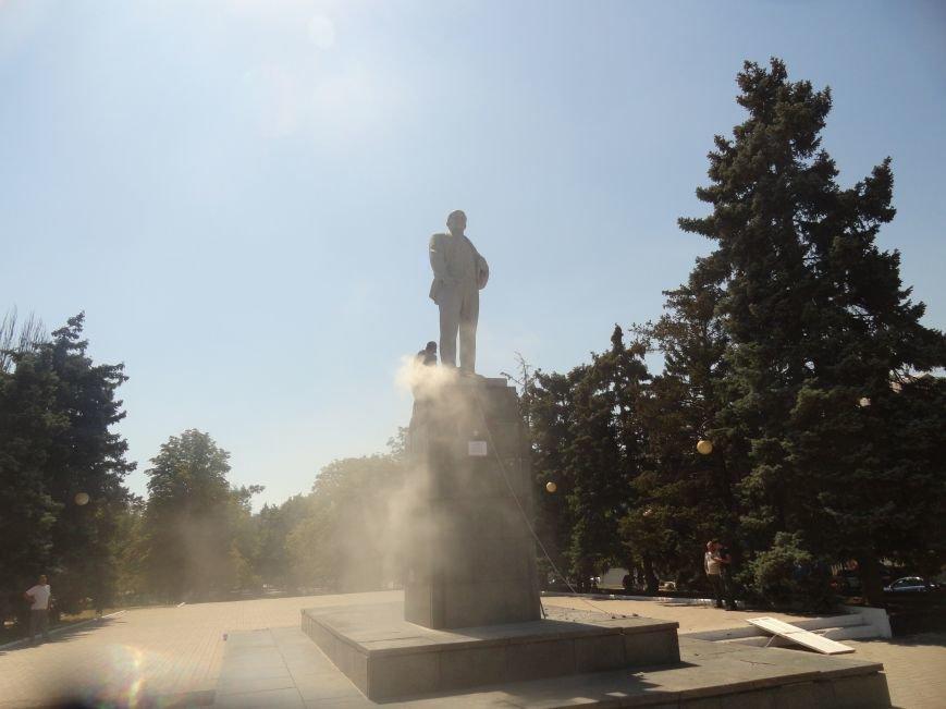 В Мариуполе на площади Победы Ленин не покорился коммунальщикам (ФОТО), фото-10